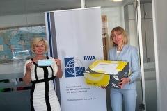 BWA-Vorstandsmitglied Angela Falk bei der Übergabe von Masken an die Berliner Krankenpflege GmbH-Geschäftsführerin Viktoriya Fomenko