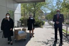 Sana Kliniken Berlin Brandenburg  BWA-Mitarbeiterin Kristina Oganesyan, BWA-Vorstandsmitglied Angela Falk und Geschäftsführer Dr. Christian von Klitzing